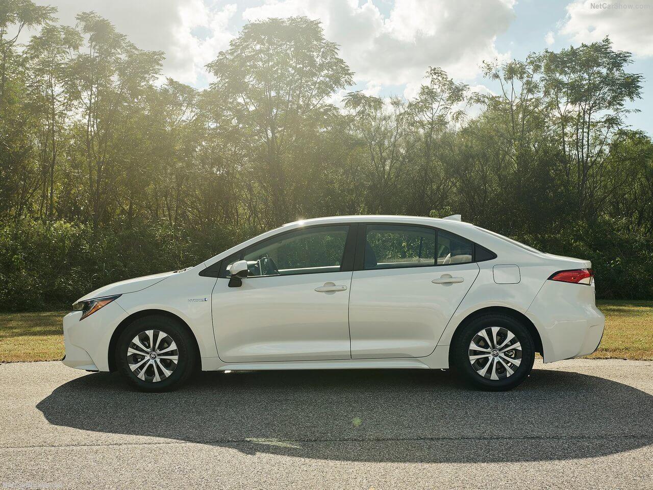 Lateral del Toyota Corolla Hibrido version americana 2020