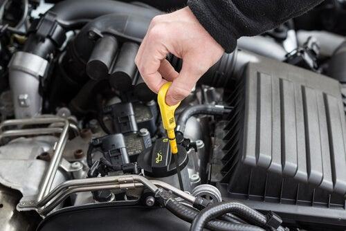 Comprobar nivel de aceite en coche