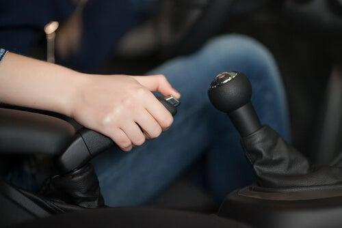 El uso correcto del freno de mano