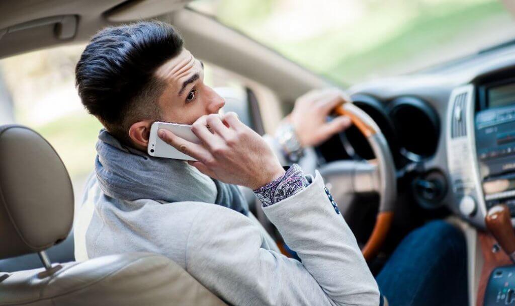 ¿Un altavoz en el cuello para hablar conduciendo?