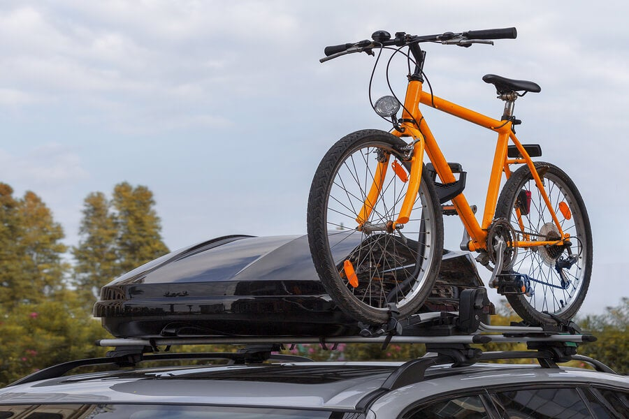 La forma correcta de llevar tu bici en el coche