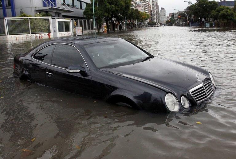 ¿Es recuperable un coche hundido en el agua?