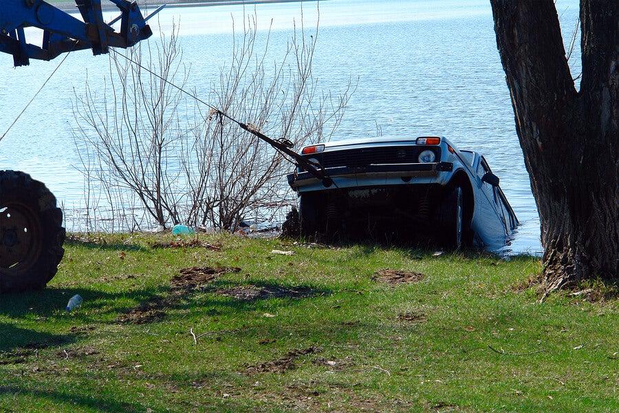 coche hundido en el lago