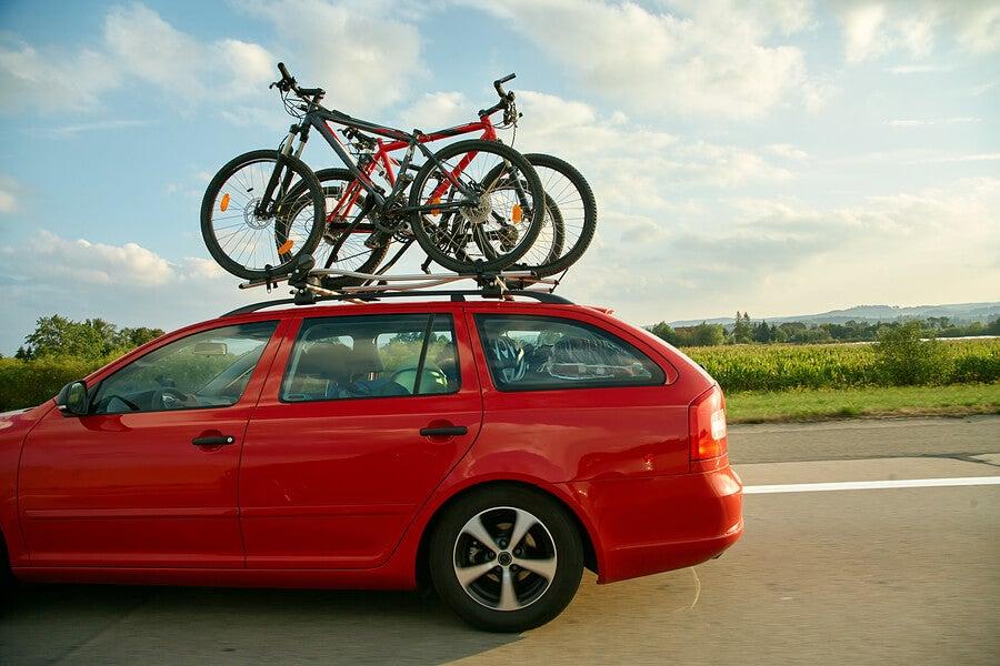 Transportar bicicletas en coche