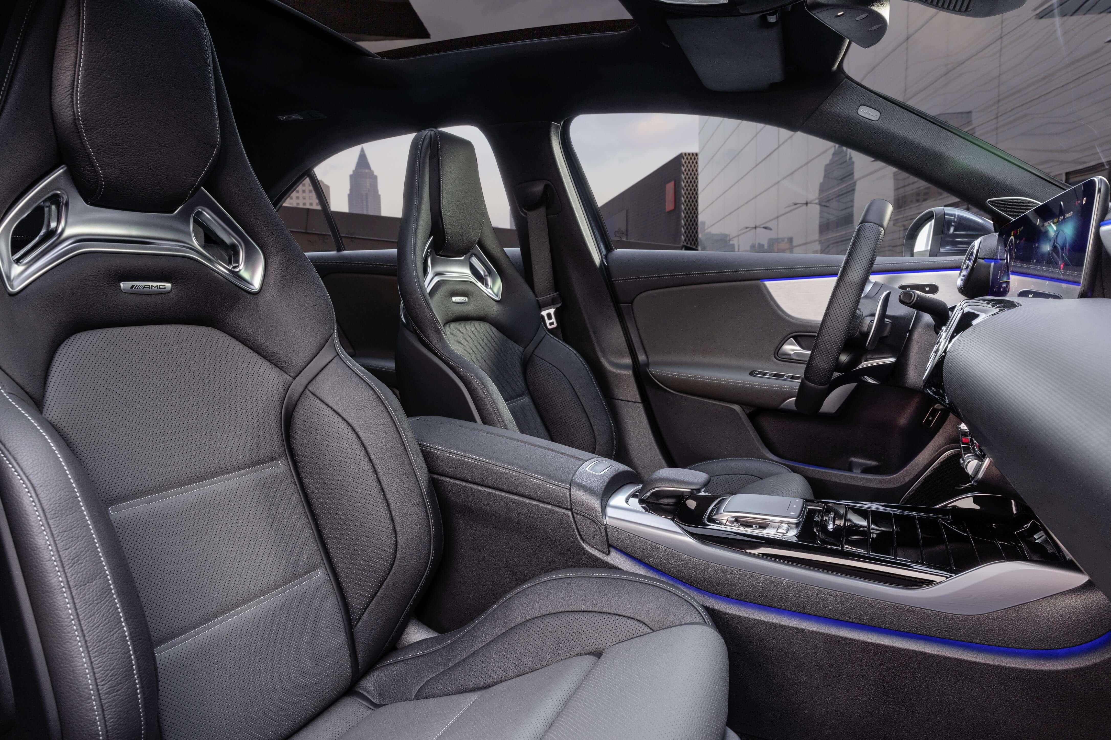Mercedes-AMG A 35 4MATIC Sedán: asientos