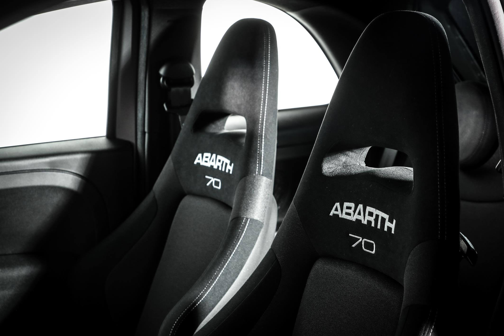 Interior del Abarth 595 Pista