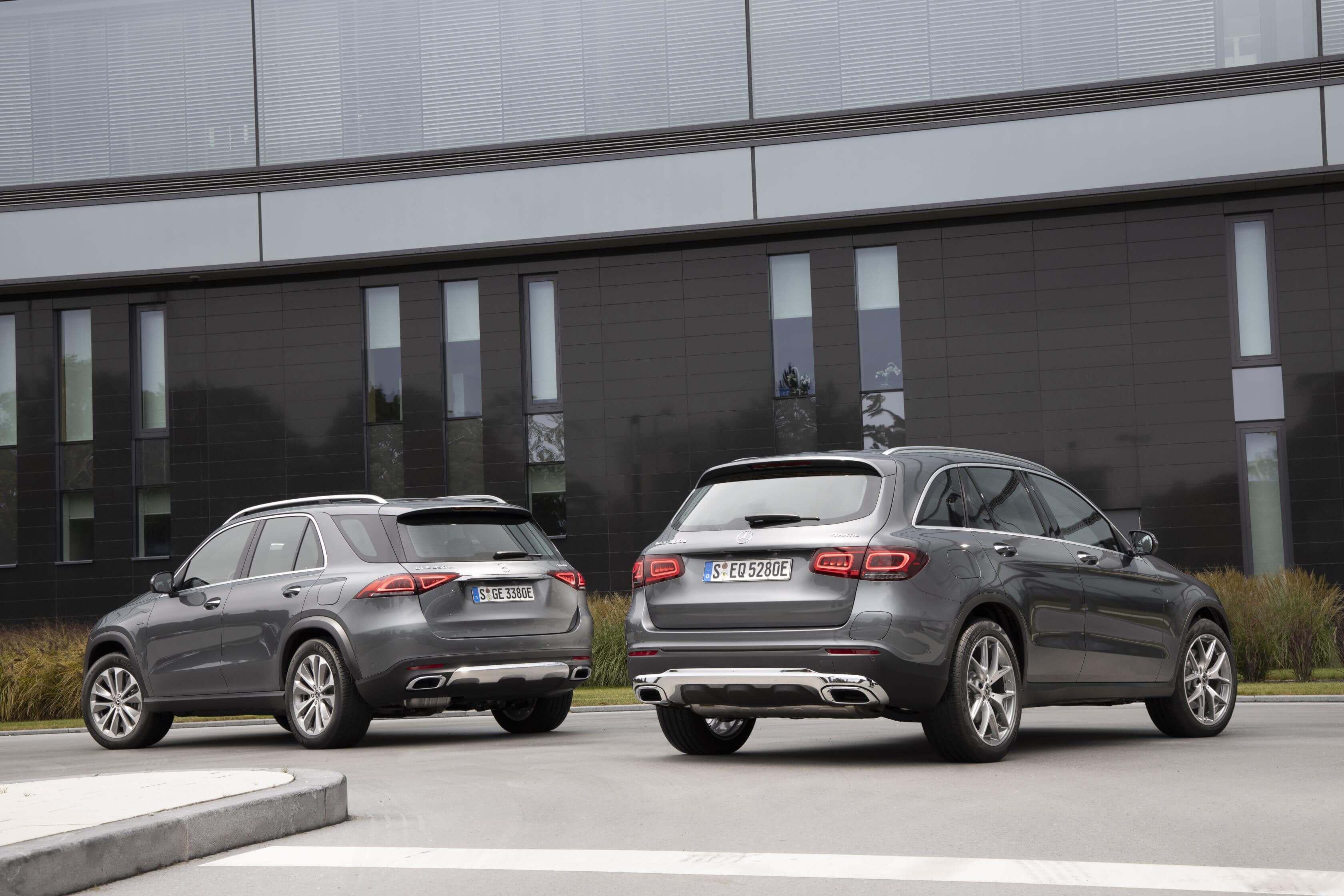 Trasera de los Mercedes GLE 350 de 4MATIC y GLC 300 e 4MATIC