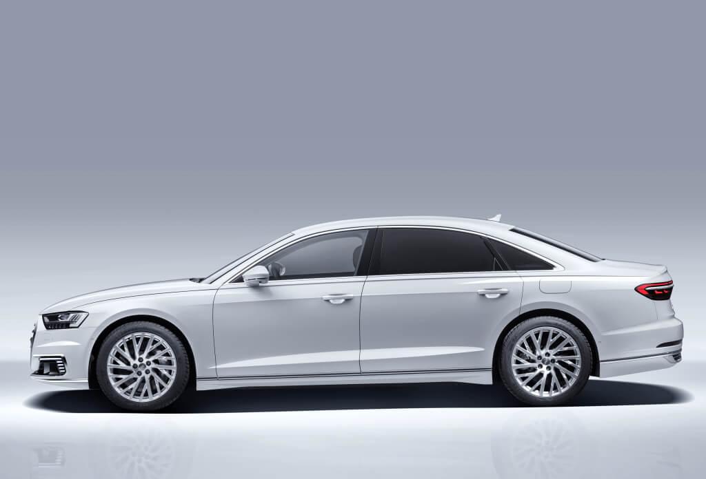 Audi A8L 60 TFSI e, lateral.