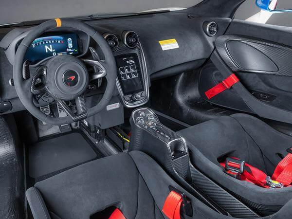 Interior del McLaren 620R.