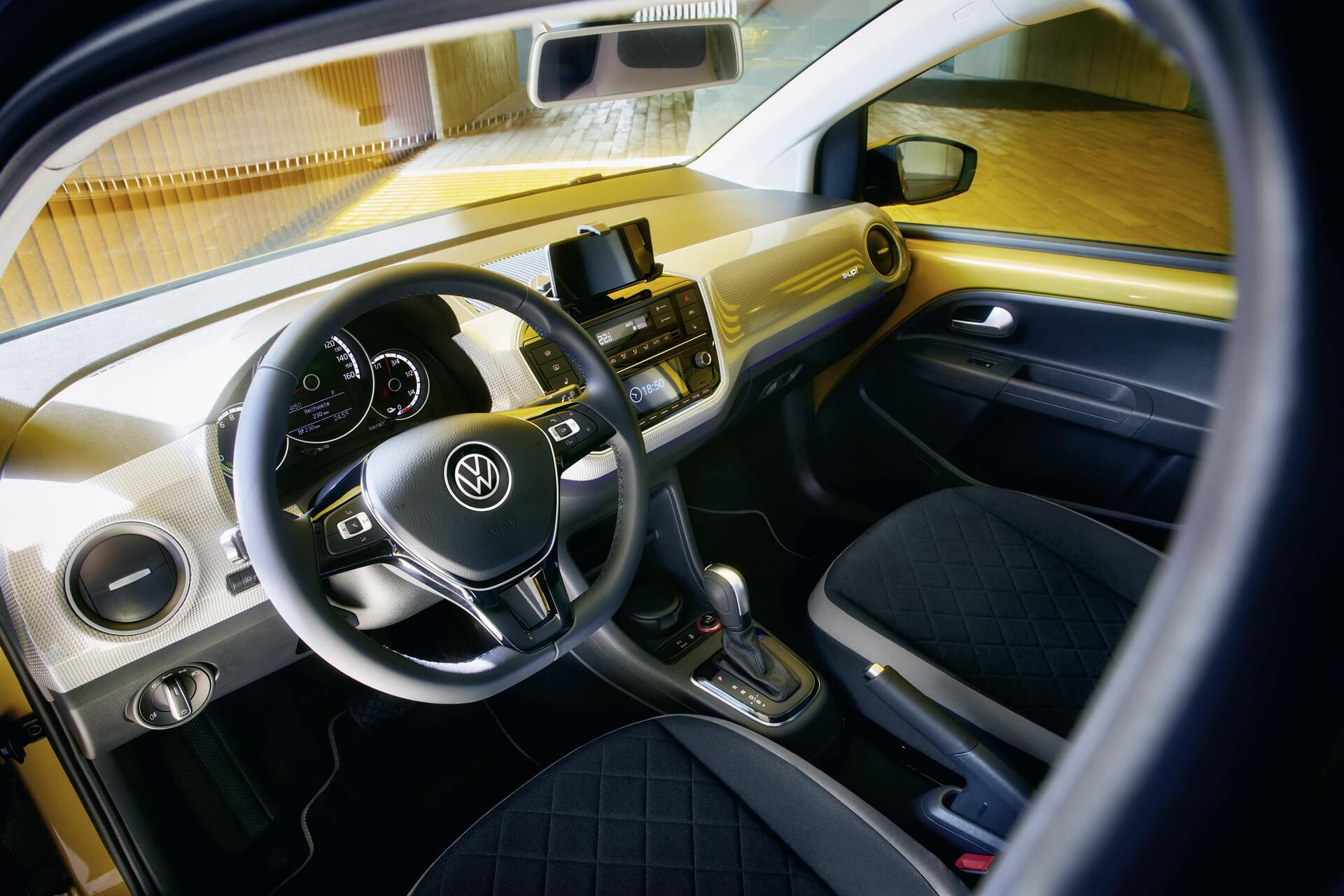 Volkswagen e-Up! 2020: interior.