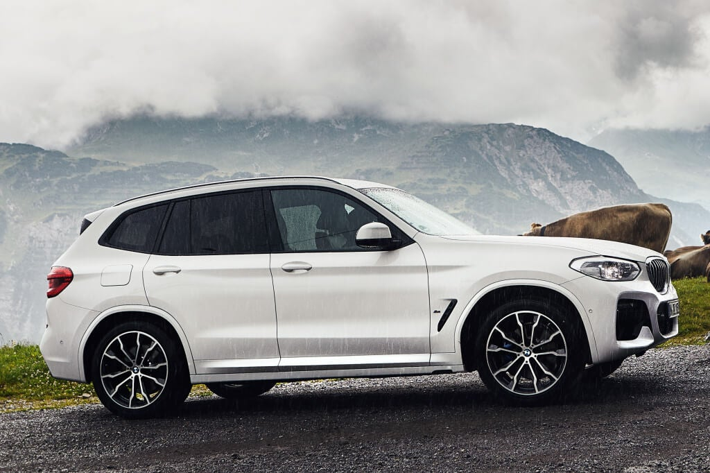 Vista lateral del BMW X3 xDrive30e.