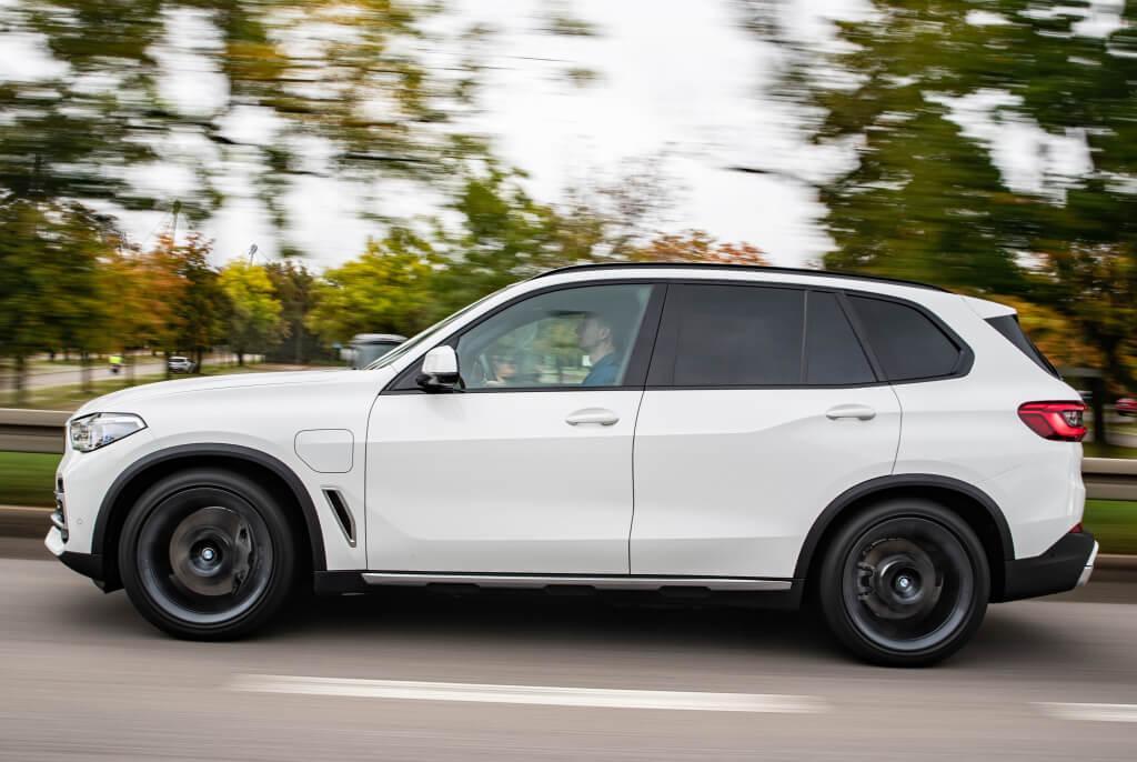 BMW X5 xDrive45e, lateral.