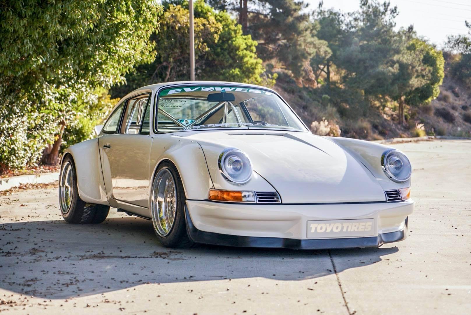 Porsche 911 E-RWB: frontal.