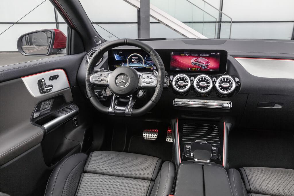 Mercedes-AMG GLA 35 4Matic: interior.