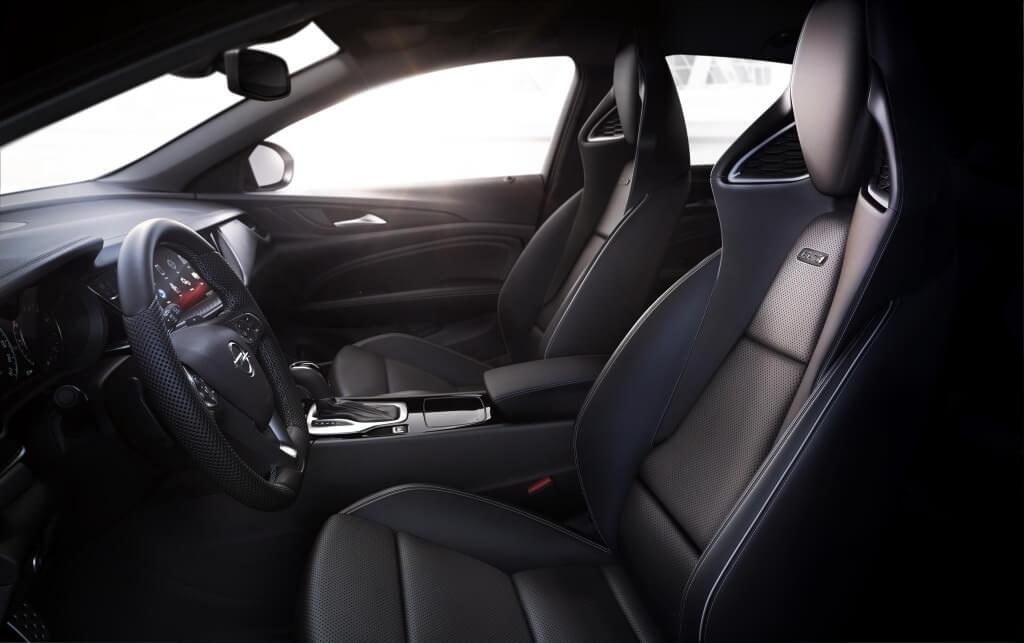 Interior del Opel Insignia GSi 2020.