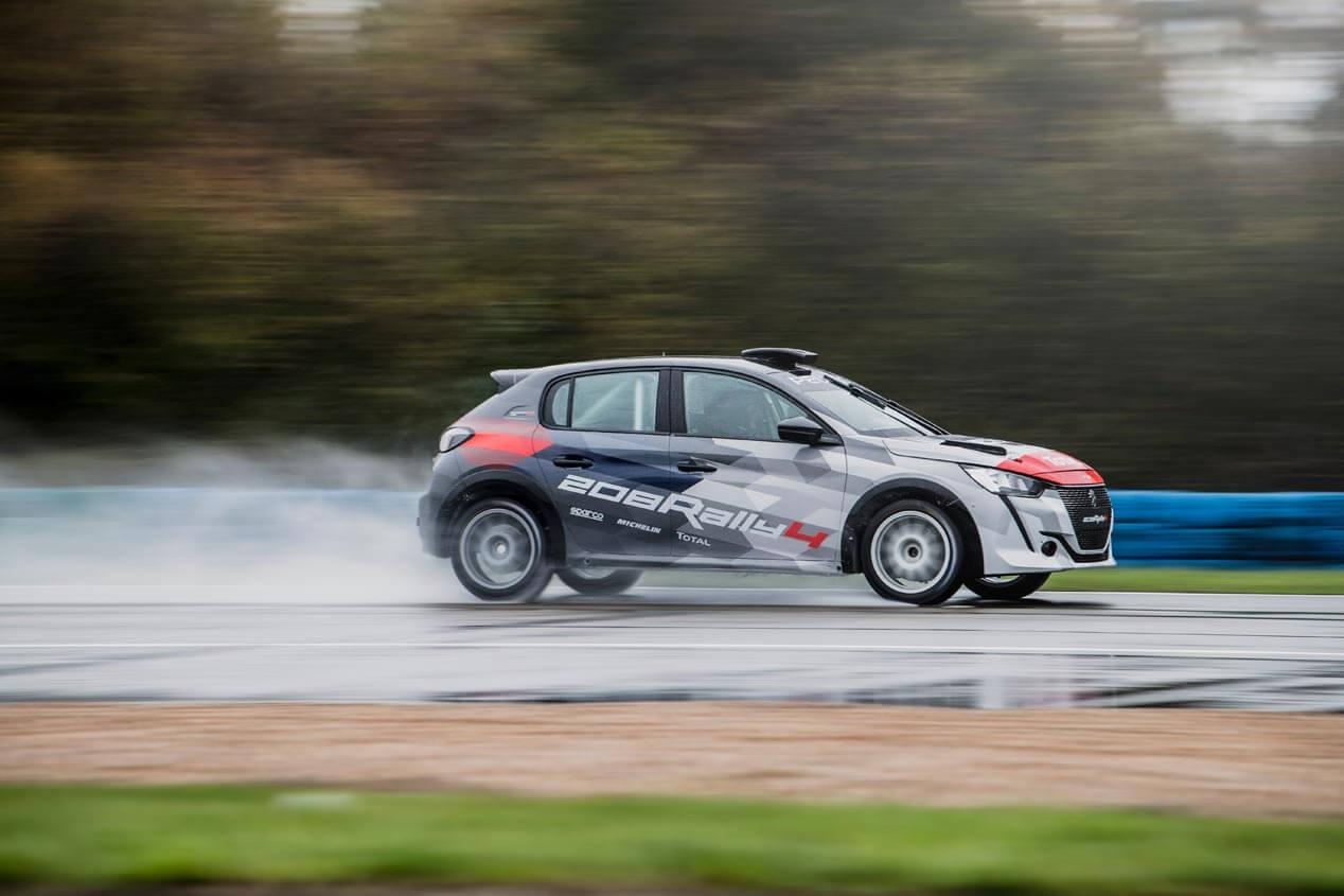 Peugeot 208 Rally4 en mojado.